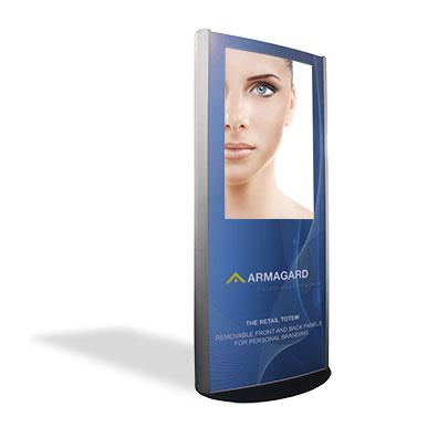 Tótem Publicitario para uso Interior en aluminio pulido personalizado por Armagard sobre un fondo blanco con una sombra
